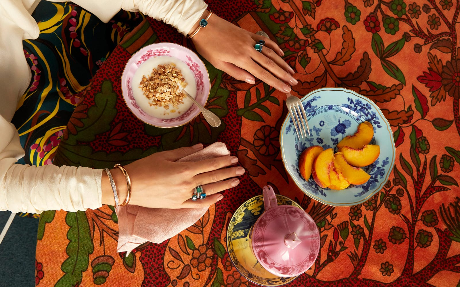 Dame mit Pomellato Ringe und Armbänder